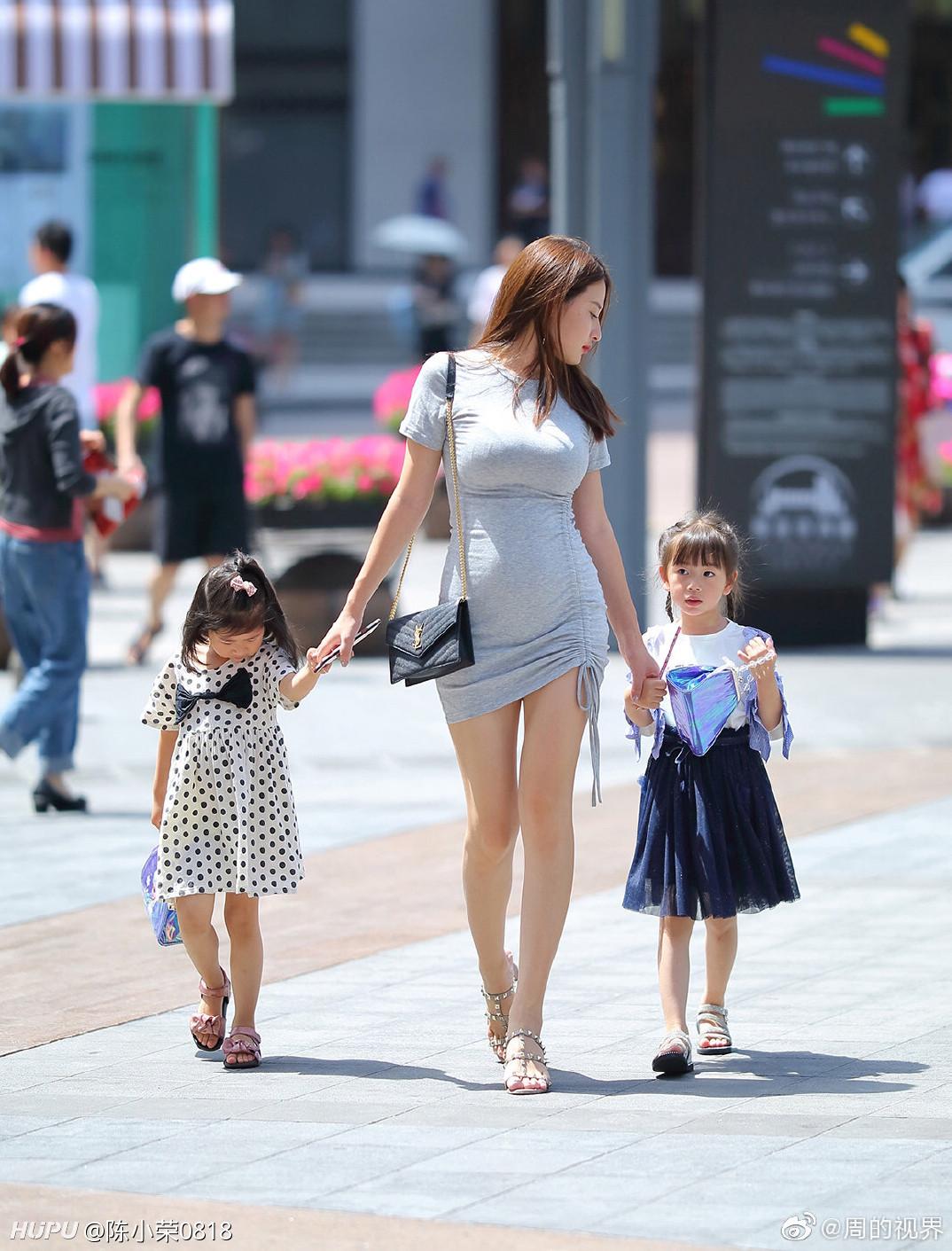 【画像】クッソエロい「ママ」、街を歩くw