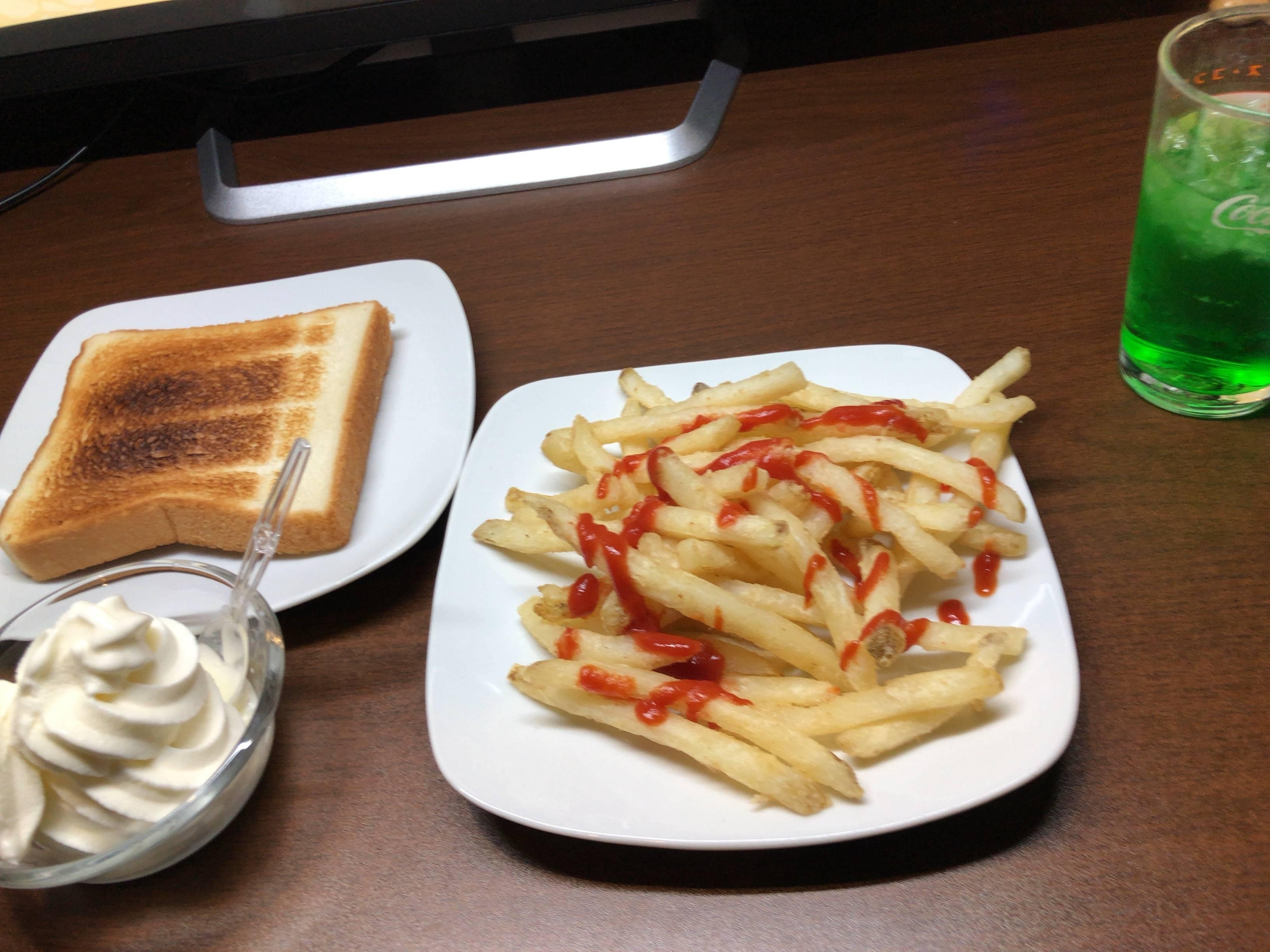 【画像】快活クラブの無料食べ放題モーニング、あまりにも豪華すぎる!!