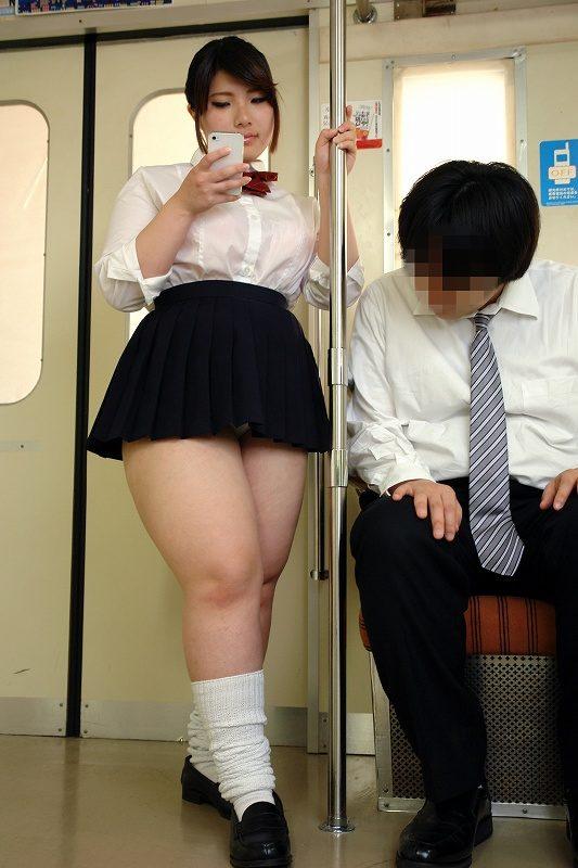 【画像】とんでもない恵体のJKが電車に現る