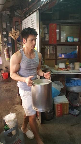 【画像】台湾の豆腐屋店員、エロすぎる