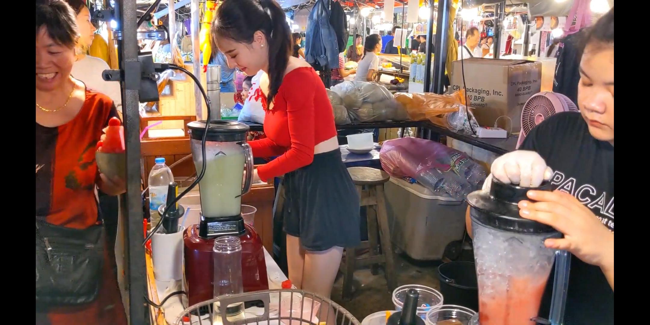 【画像】タイの屋台のお姉さん、Hすぎるw