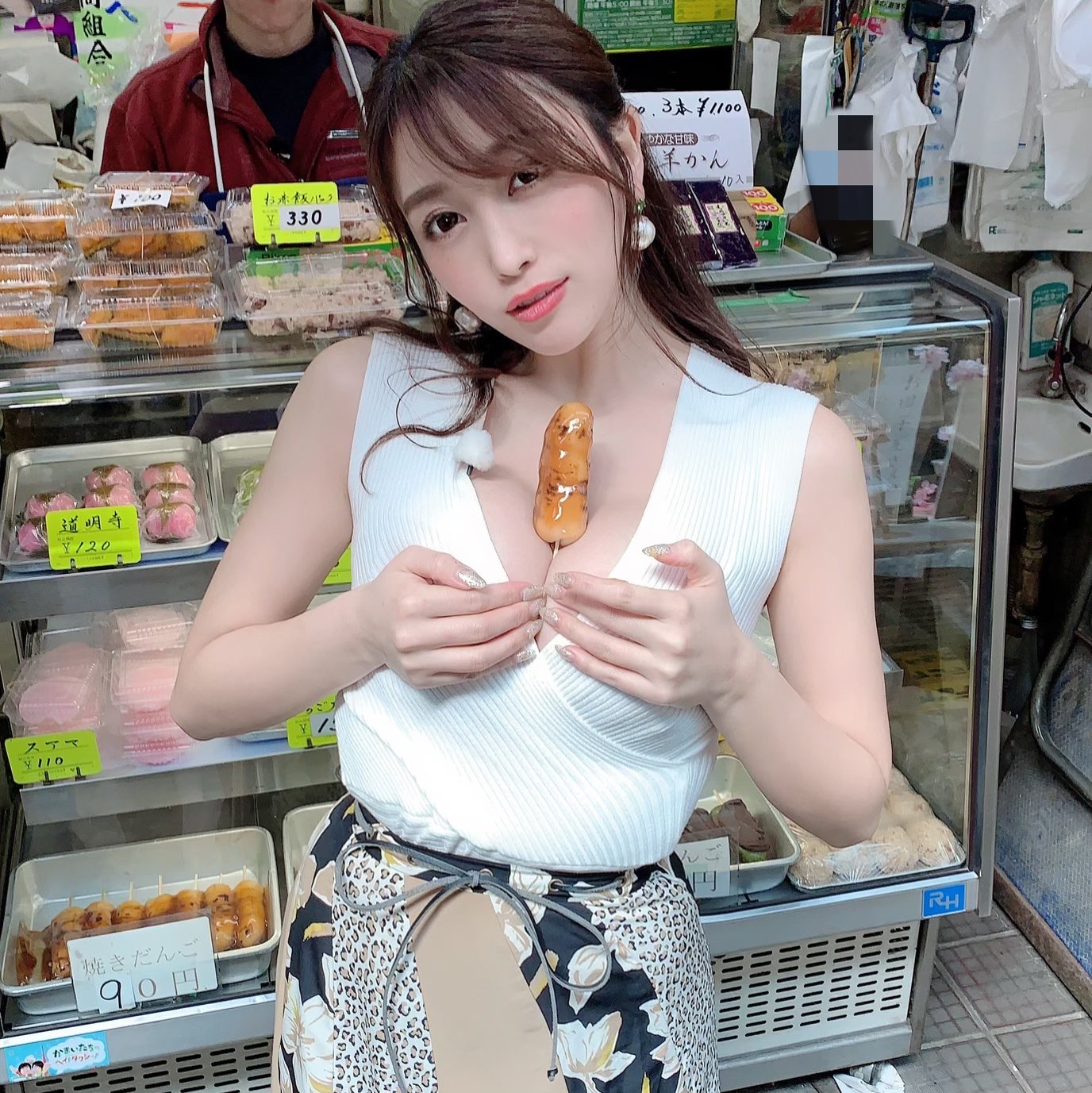 【画像】巨乳グラドル、和菓子屋さんの団子で卑猥な遊びをしてしまうw