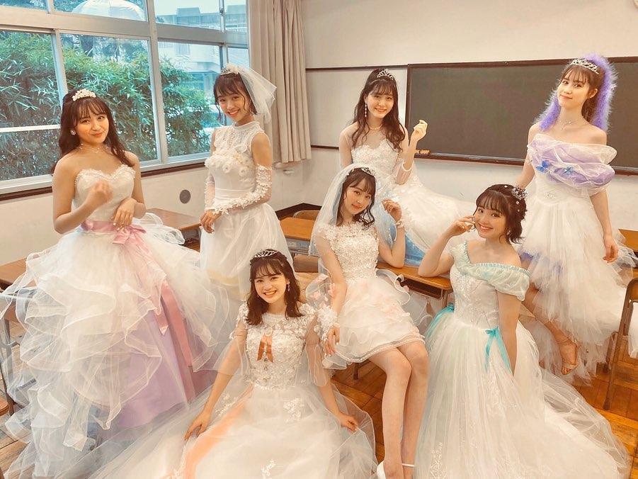 【画像】女子高生(16)、教室でウェディングドレスを着てしまう「結婚してみた~い」