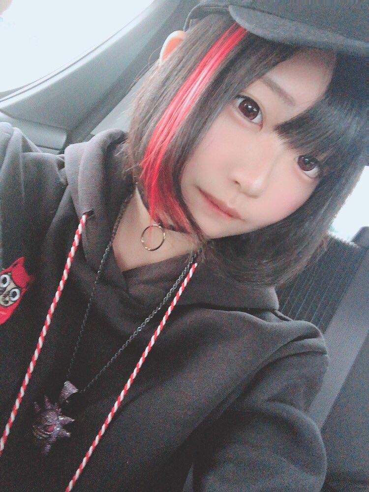 【画像】髪に赤色のメッシュいれてる女の子wwwww
