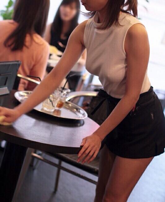 【画像】ノーブラ勤務カフェ店員、発見されるw