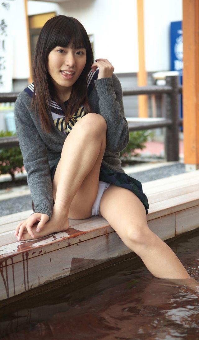 【画像】女子高生、スカート足湯で油断して思わずパンチラww