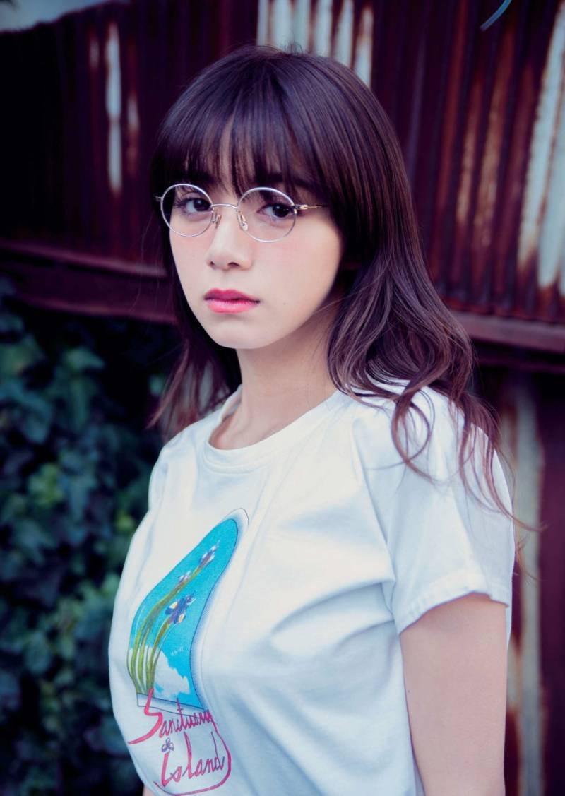 【画像】池田エライザ、メガネの広告なのに乳房の方が目立ってしまうw