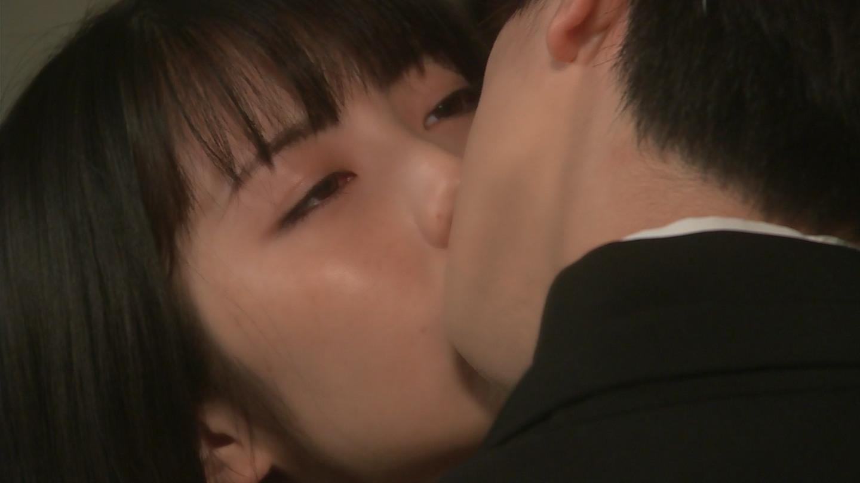 【画像】浜辺美波ちゃんがキスしてる時の顔がスケベすぎだと話題に