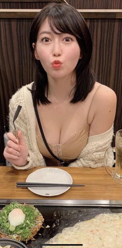 【画像】どスケベな姿でお好みを食べる女がコチラwおいおいもうベッドという鉄板の上で遊ぼうぜw