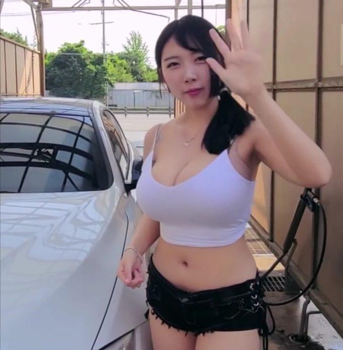 【画像】巨乳女性、とんでもない格好で洗車をするwww