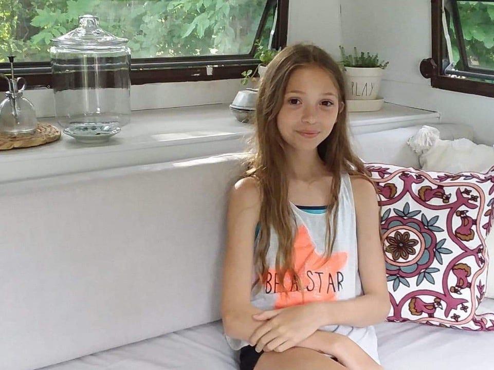 【画像】11歳少女、400ドルの中古キャンピングカーを買って自分の根城にする