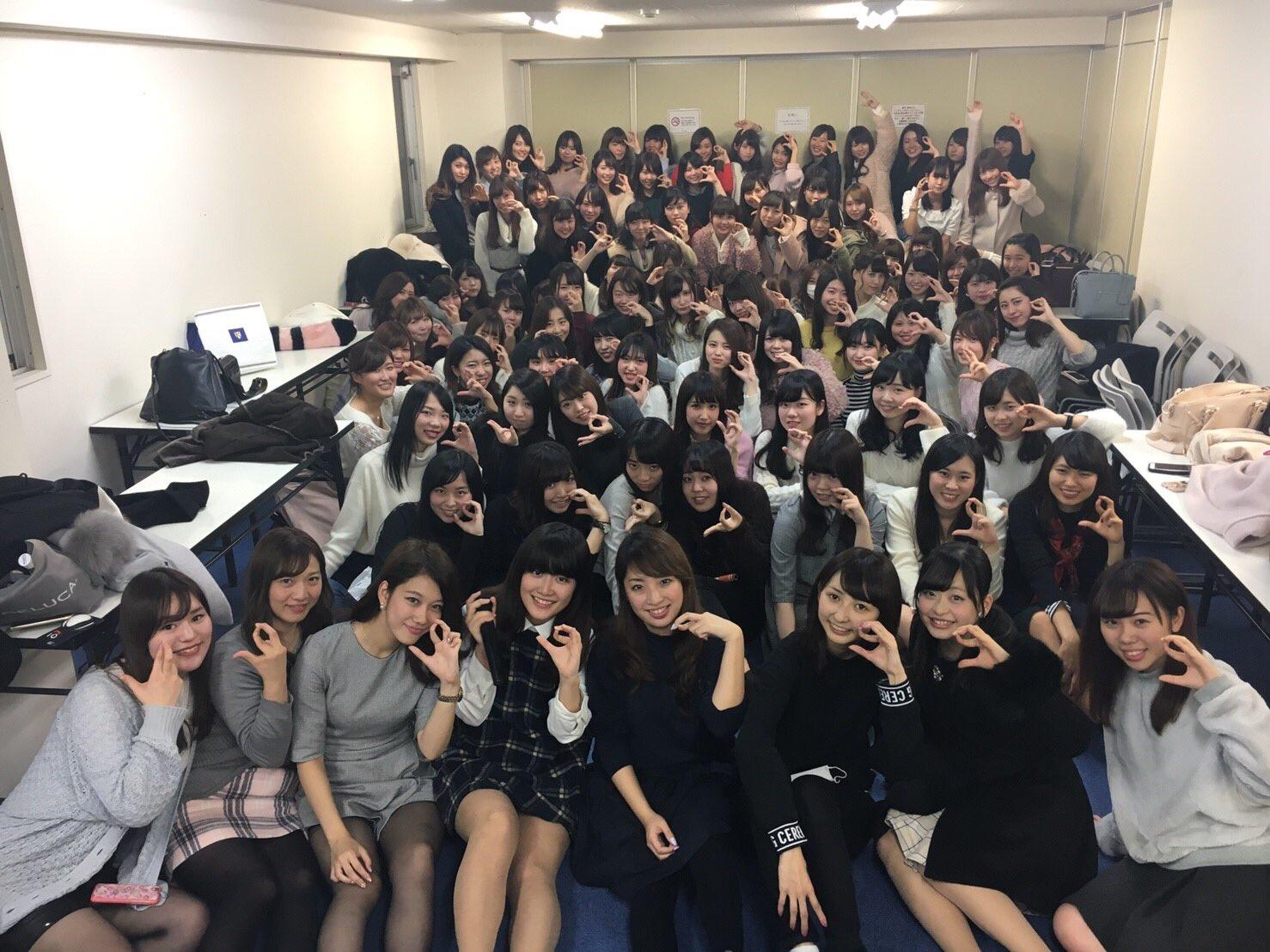 【画像】女の子100人ぐらいがいる部屋、めちゃくちゃ良い匂いがしそうとワイ大興奮www