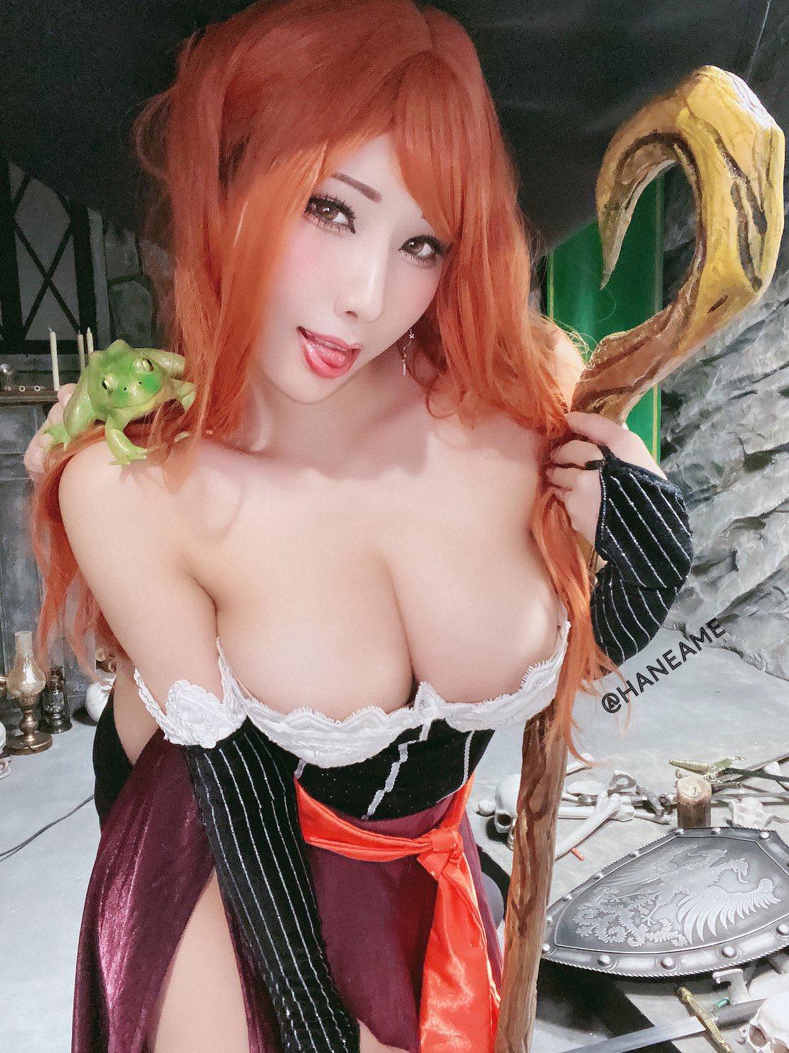 【画像】おっぱい丸出しの魔女コスプレイヤーが発見される
