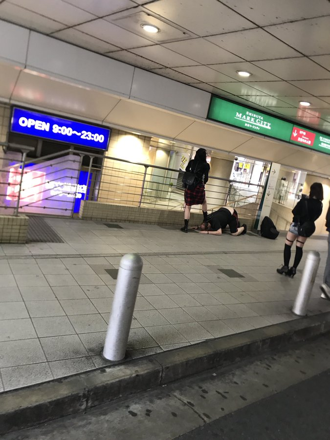 【画像】渋谷駅でハゲが女の人に土下座