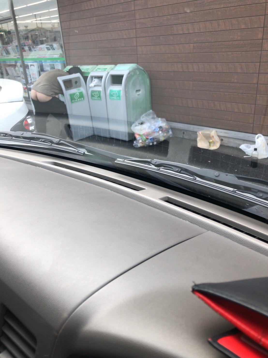 【画像】コンビニでゴミ漁ってるやべーやついたわ