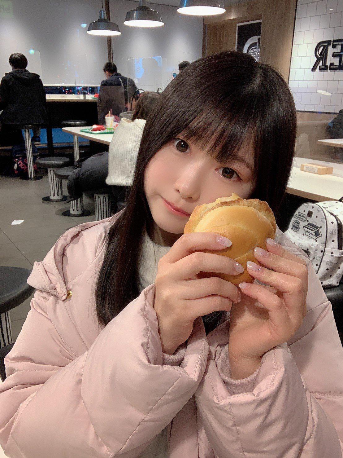 【画像】飯食うのにいちいちぶりっこしないと気が済まない地味女子w