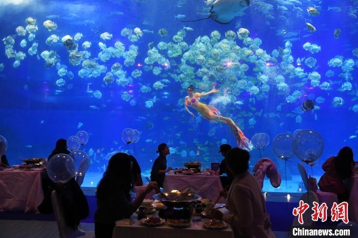 【画像】中国の飲食店、クッソ豪華だったwww 日本の飲食店のショボさが際立つな…