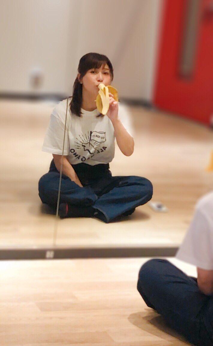 【画像】新田恵海さん、マネージャーから貰ったバナナを頬張る