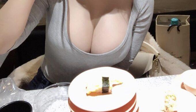 【画像】まんさん「おっさんと食べる高級寿司より友達と食べる回転寿司の方が100倍おいしい」