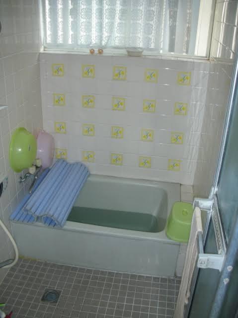 【画像】家の風呂がこんな感じのやつwwwww