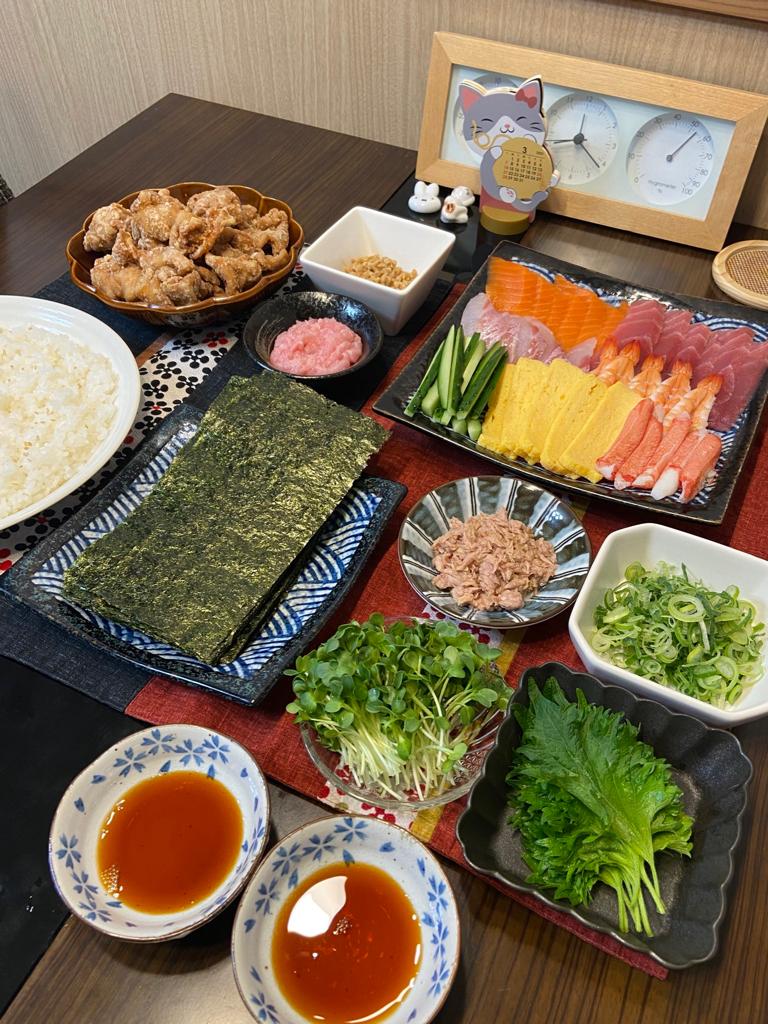 【画像】同棲したての彼女「今日はお寿司するけん早く帰ってきてね」→帰宅