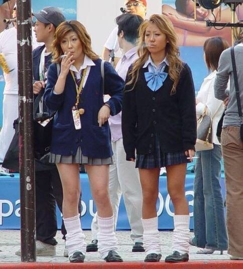 【画像】渋谷でJKが堂々と路上喫煙してたんだが