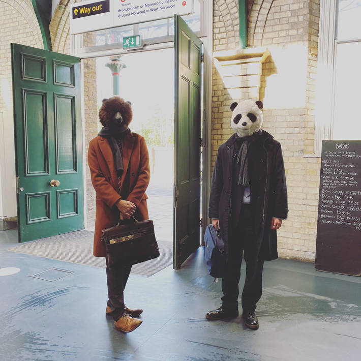 【画像】マスク義務化されたイギリス、動物フルフェイスを付けて歩くのがブームに