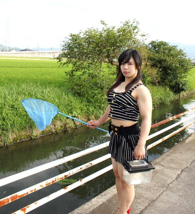 【画像】タンクトップ姿で虫捕りに来た美少女が発見される