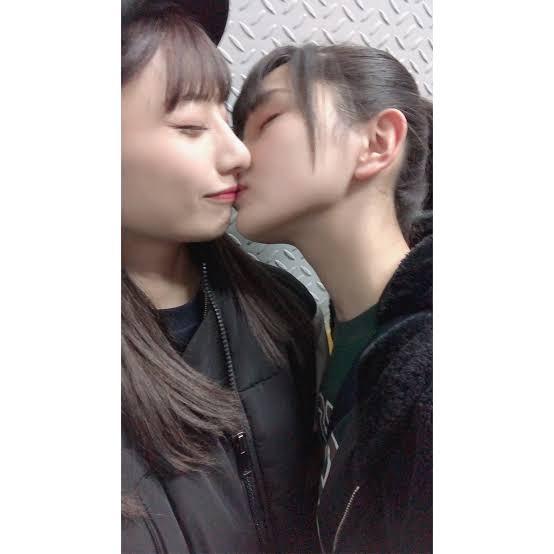 【画像】レズ売りしてたアイドル、配信中にキスするも片方が露骨に引いてしまい関係性がこじれる…。