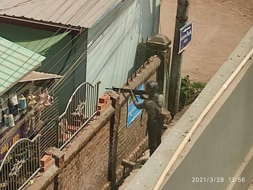 【画像】ミャンマー軍、家の中に居ても鉛玉を撃ち込んでくる