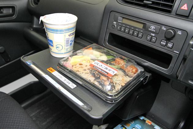 【画像】新入社員、社用車内でご飯を食べてしまうwwww