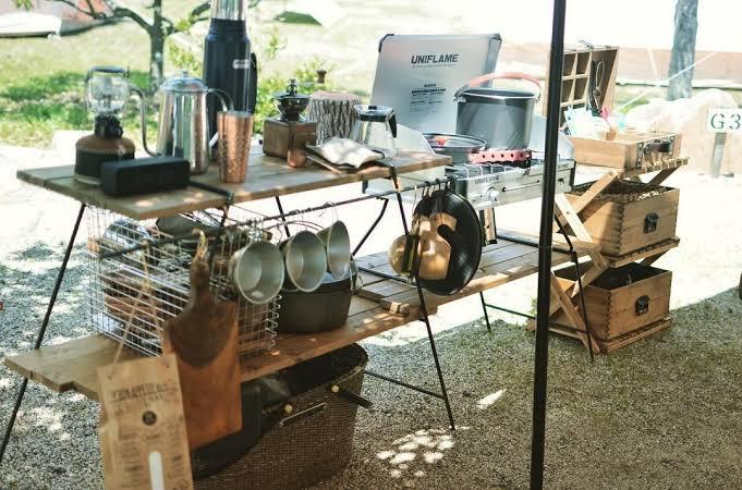 【画像】キャンプ場でお店屋さんみたいに道具を並べてるバカタレがいてクソワ口夕wwww