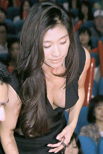 【画像】篠原涼子さん、とんでもない格好で表彰式に参加してしまう・・・