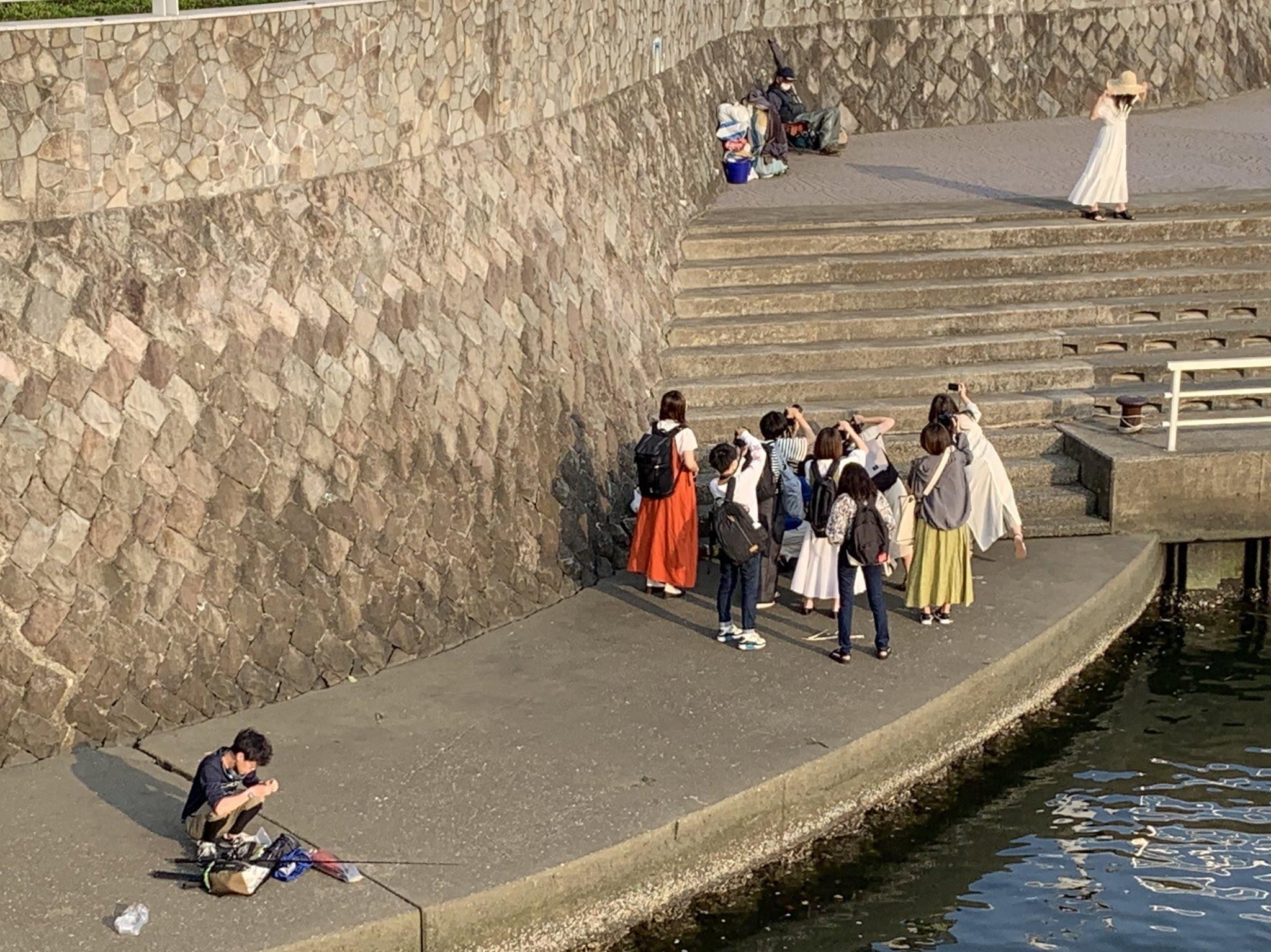 【画像】釣り人さん、姫のコスプレ撮影会の近くで釣りを開始してしまう