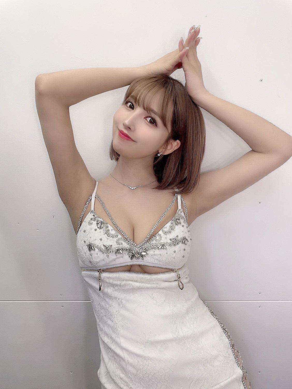 【画像】三上悠亜、チラッとおっぱいを見せただけでワイをシコらせてしまう