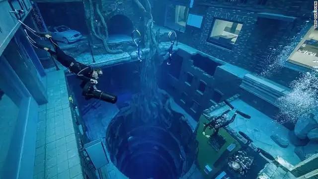 【画像】ドバイにオープンした世界一深いプール、めちゃくちゃ楽しそうwww