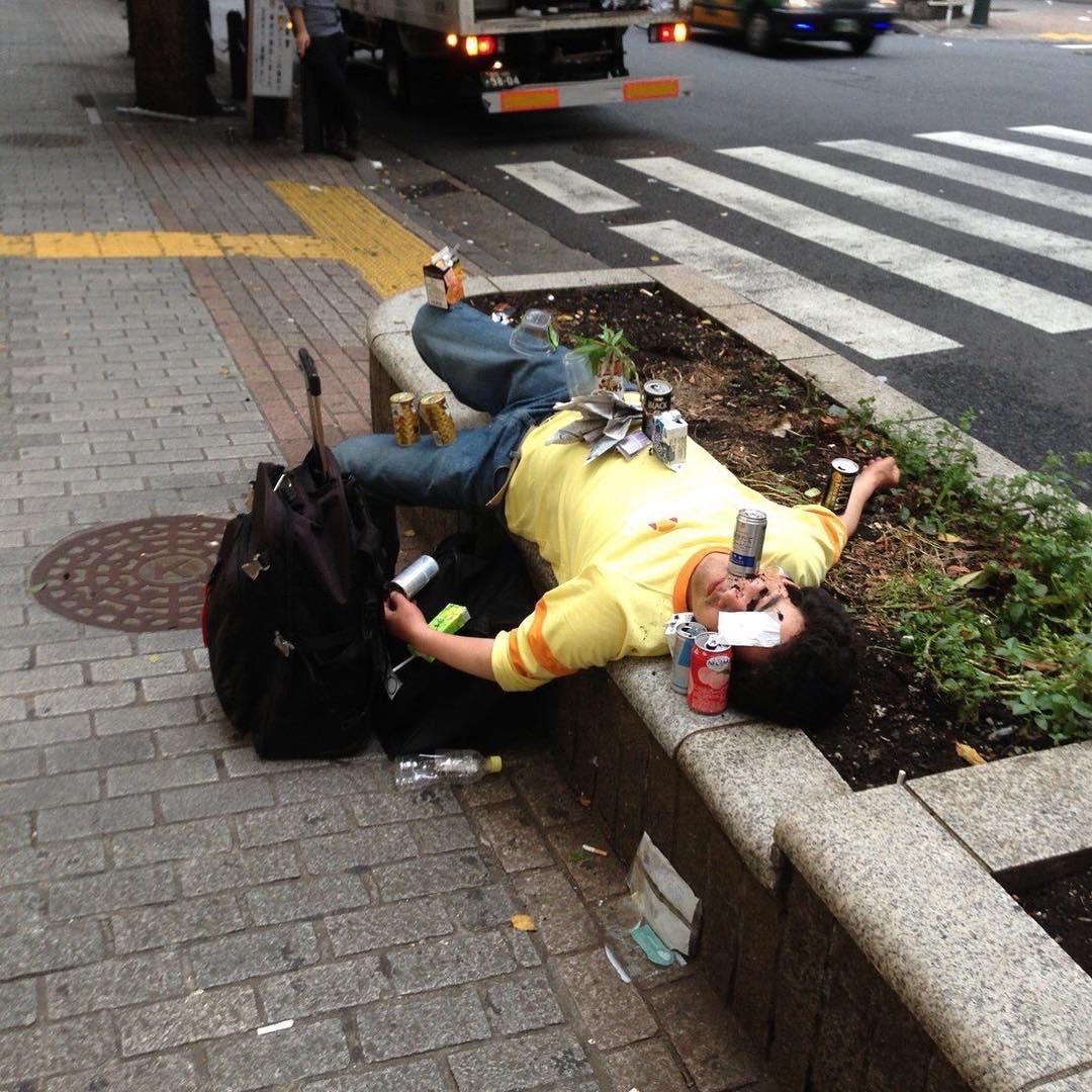 【画像】路上飲みして潰れた男の末裔wwwwwww