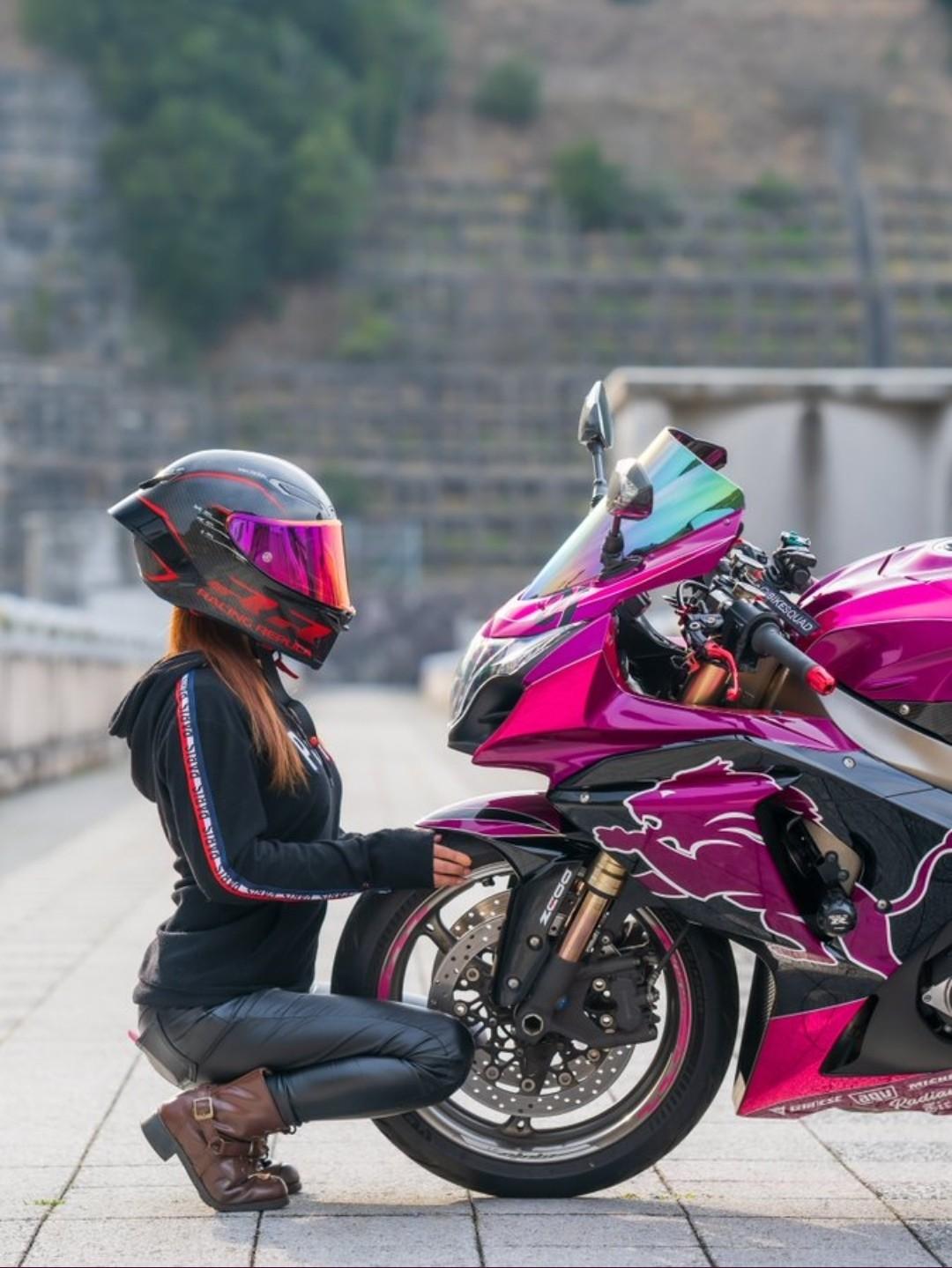 【画像】バイク乗り女さん、愛車の写真には必ず映り込みたいwwwww