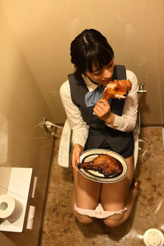 【画像】新人OLさん、トイレで絶対に見られたくない姿を盗撮されるwww