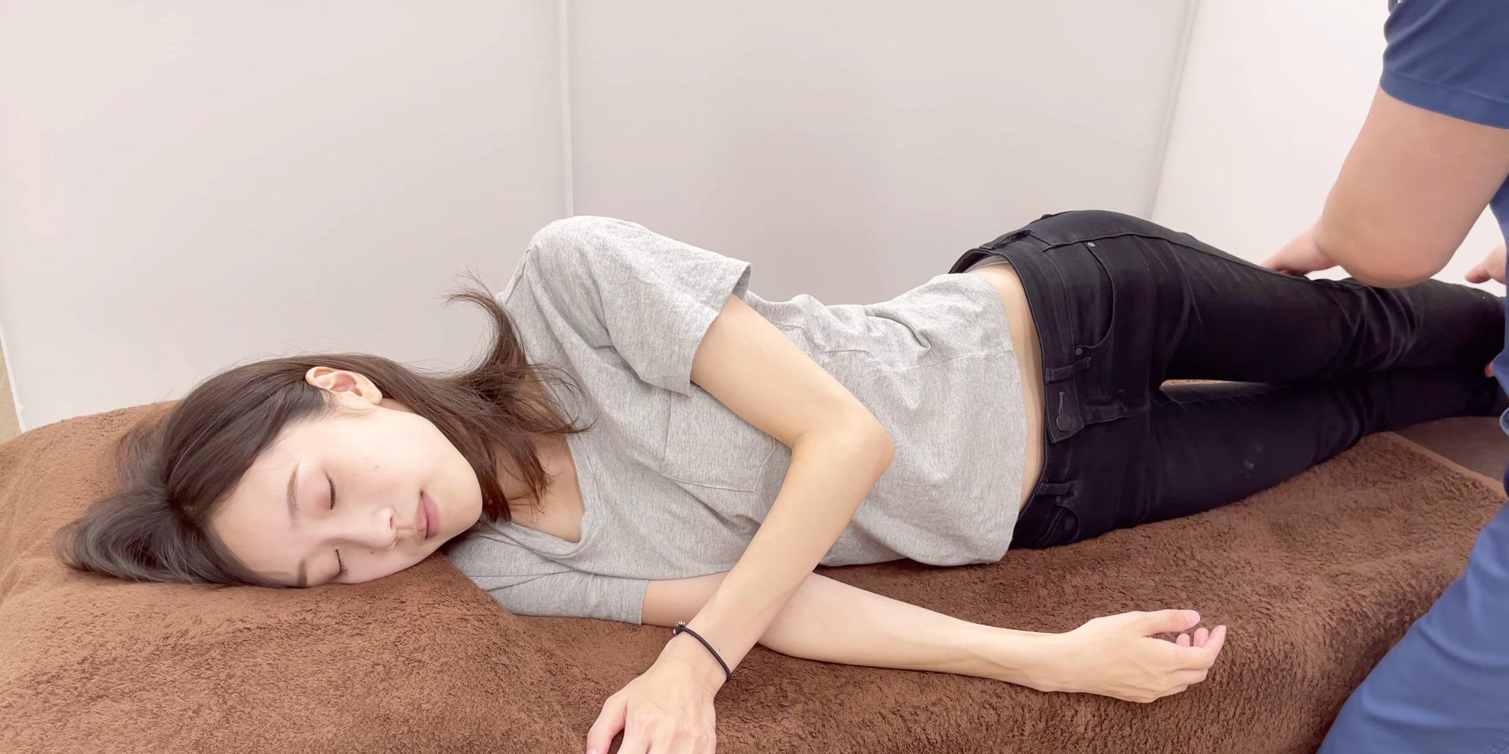 【動画像】美人バレリーナ(21)さん、整体されて純白の下着が見えてしまうw
