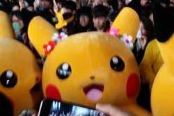 【画像】韓国でピカチュウの着ぐるみに数千人の群衆が殺到、危険な状態になる