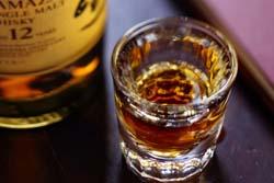 フランスのバーでハイピッチで56杯飲んだ客が心停止で死亡 店の落ち度をめぐり裁判中