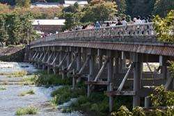 【京都】嵐山ゆるキャラ「月橋渡(つきはしわたる)、早速人気者に 地元商店街が披露