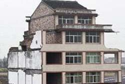 【中国】どうしてこうなった…完成間近の道路の真ん中にアパートが
