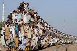 電車の上に乗った人間に直撃する位置にコンクリ玉をぶら下げる試みが始まる