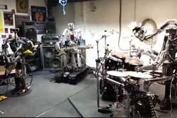【ドイツ】重量級ロボットバンド、メンバーには指78本のギタリストも