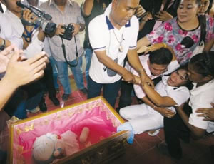 doraemons-funeral-is-held-in-thailand01