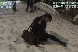 大雪報道の最中にズッコケた女子高生が可愛いと話題に!